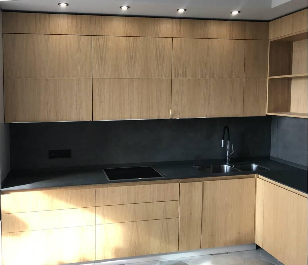 Почему стоит делать мебель на кухне до потолка и когда это нежелательно?