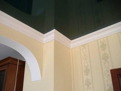 Как клеить плинтуса к натяжному потолку