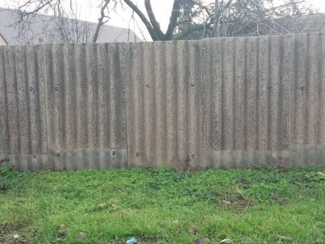 Забор из шифера (39 фото): варианты из волнового и плоского шифера, шиферный железный забор
