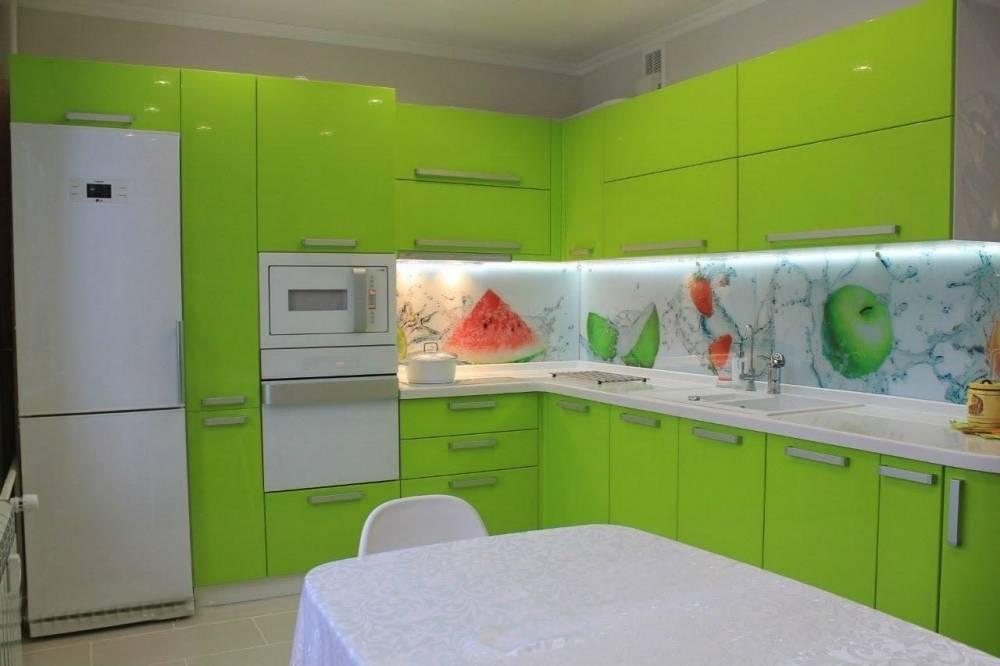 Эксклюзивный интерьер: кухня цвета лайм с разными обоями, глянцевыми гранитурами
