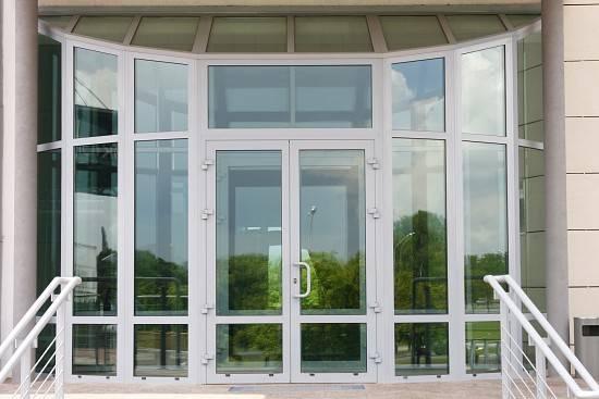 Входные алюминиевые двери: разновидности, выбор и установка