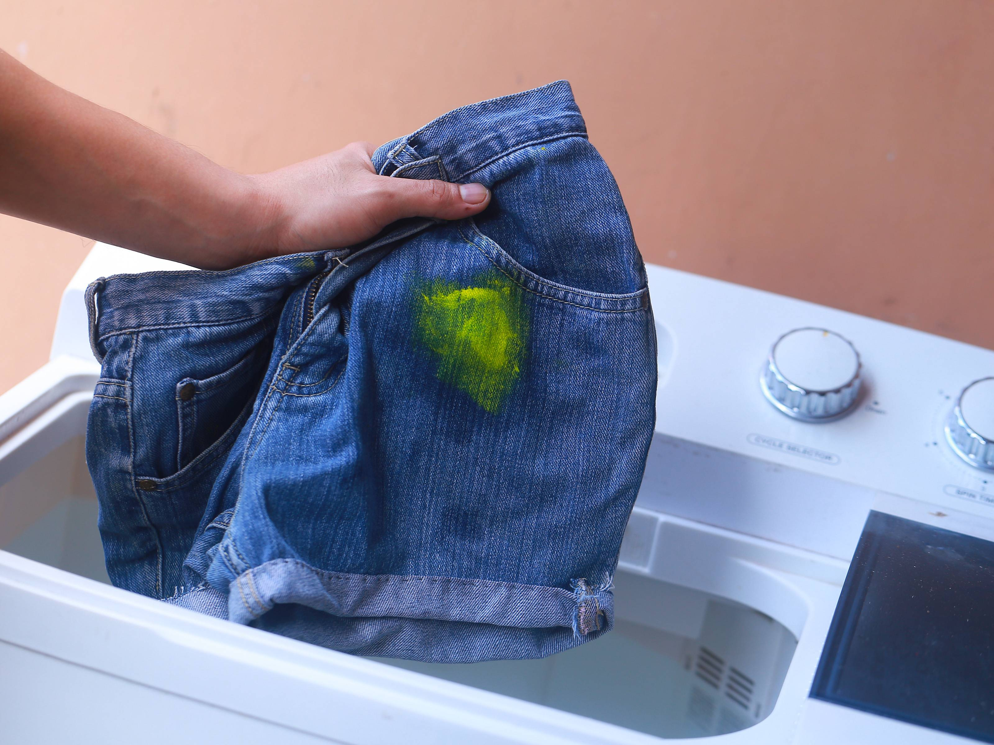 Чем отмыть или оттереть краску со стекла