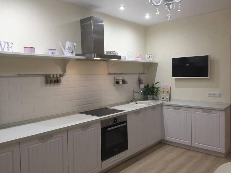 Кухня без верхних шкафов: 6 идей хранения, 5 планировок, 40 фото