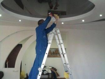 Как мыть натяжные потолки: в домашних условиях помыть глянцевый, матовый, без разводов, можно ли чистить моющими средствами