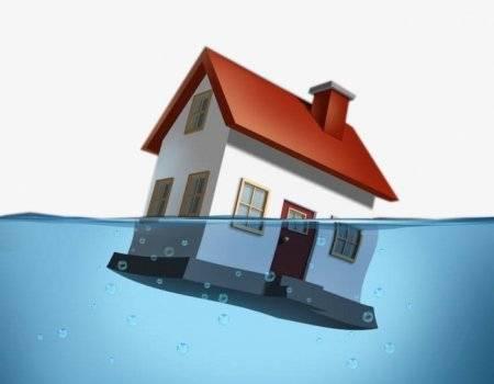 Куда бежать и кому звонить, если соседи сверху затопили квартиру?