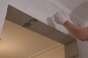Как клеить стеклообои на потолок под покраску: плюсы и минусы материала