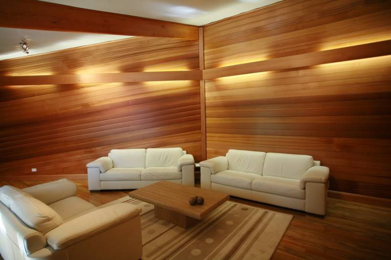 Отделка деревом стен: декоративная облицовка рейками для внутренней обшивки в квартире, варианты обшивки диагонально или вертикально или стена из спилов своими руками