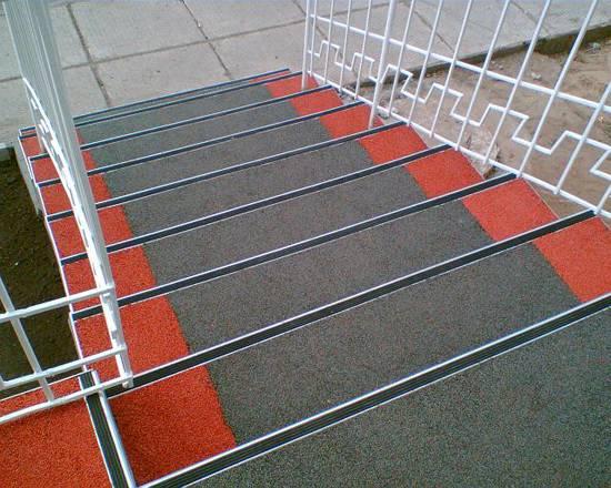 Резиновое покрытие для крыльца на улице: его виды и свойства