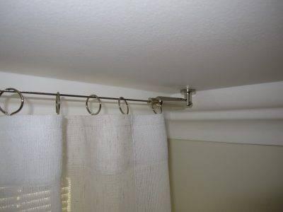 Как спрятать карниз за потолочным плинтусом: чем закрыть шину для штор