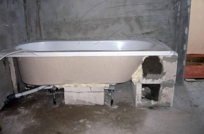 Крепление акриловой ванны к стене: 3 надежных варианта