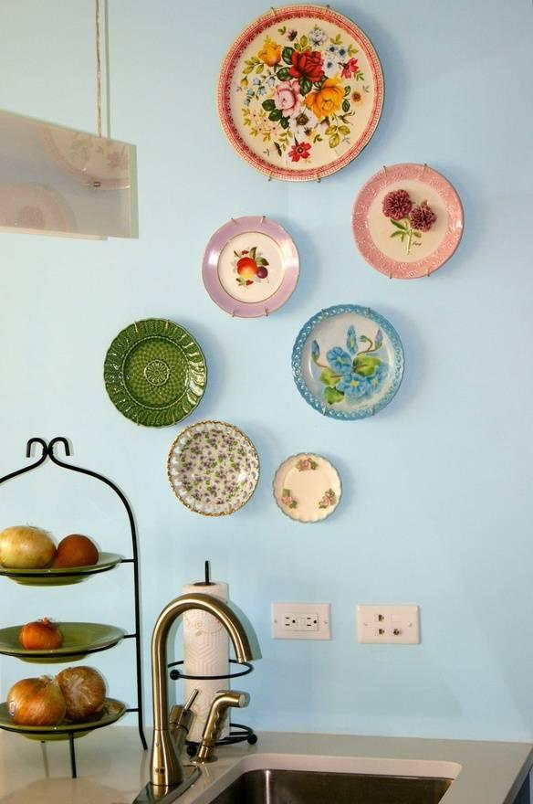 Как повесить декоративные тарелки на стену: крепление своими руками