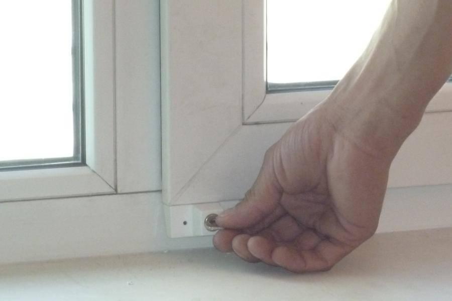 Защита от детей на окна: какая бывает и как установить